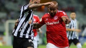 Dois jogadores, um do Atlético e outro do Internacional, brigando pela bola