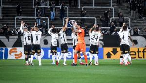 Jogadores do Corinthians aplaudem torcida após vitória contra o Bahia