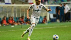 Raphael Veiga carrega bola durante partida entre Palmeiras e Bahia