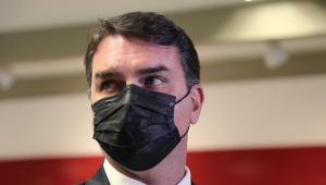 O senador Flávio Bolsonaro olhando para o horizonte