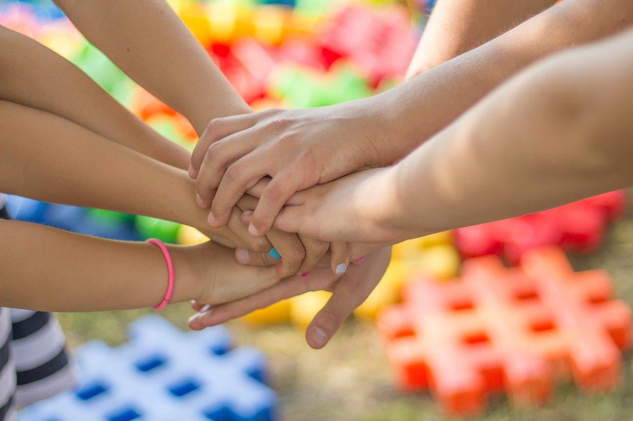 crianças dando mão