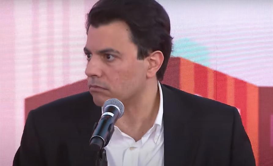 Otávio Fakhoury fala no microfone no estúdio do programa Pânico