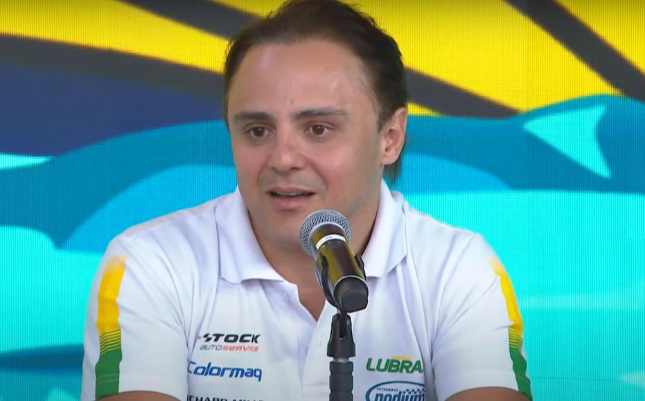 Felipe Massa fala no microfone no estúdio do programa Pânico