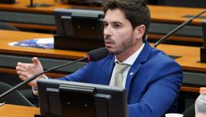 O deputado Júnior Bozzella no plenário da Câmara dos Deputados