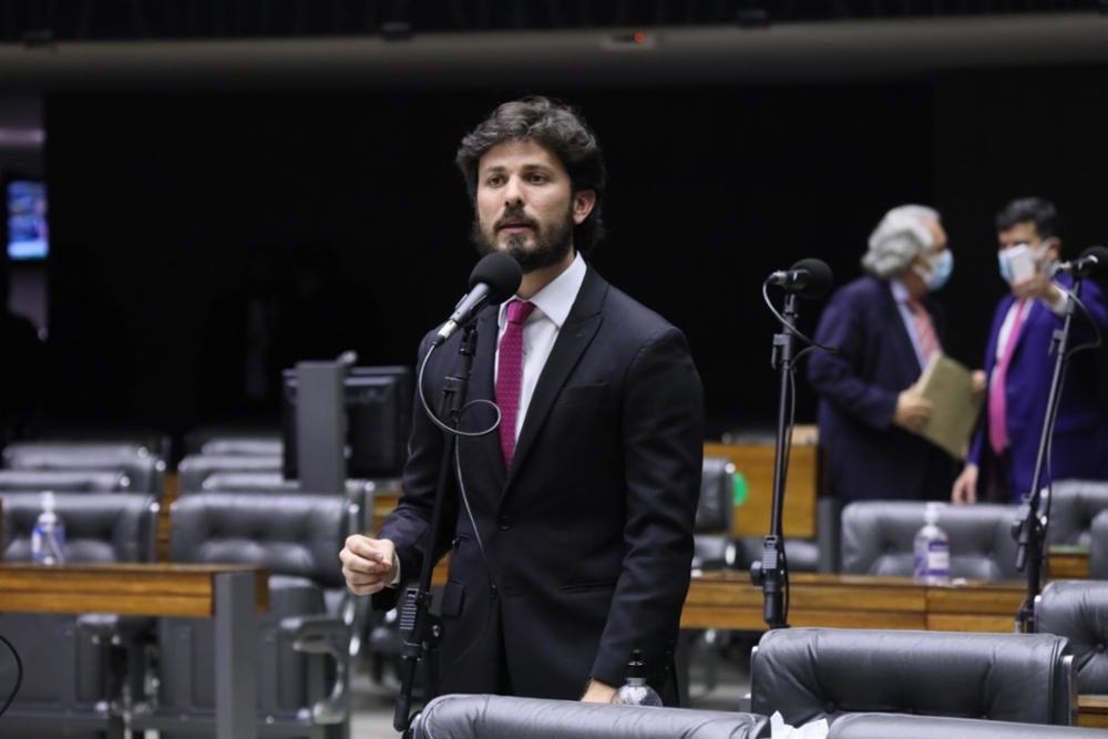O deputado Marcelo Aro fazendo uso da palavra no plenário da Câmara