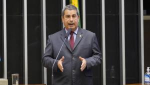 O deputado Coronel Tadeu de terno, em pé, discursando no plenário da Câmara dos Deputados