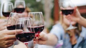Pessoas brindando com taças de vinho