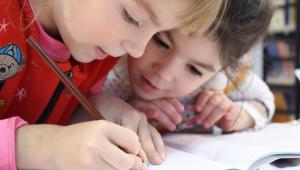 Crianças estudando em casa durante a pandemia