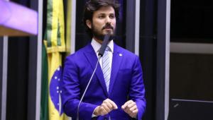 Homem de terno azul discursa na Câmara