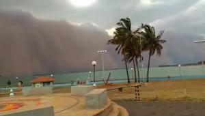 nuvem de poeira se aproximando de cidade