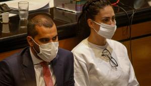 monique medeiros ao lado de advogado de defesa em tribunal