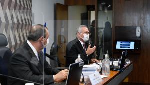 Omar Aziz e Renan Calheiros na bancada da CPI