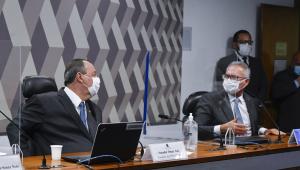 omar aziz e renan calheiros, ambos de máscara, na bancada da CPI da Covid-19