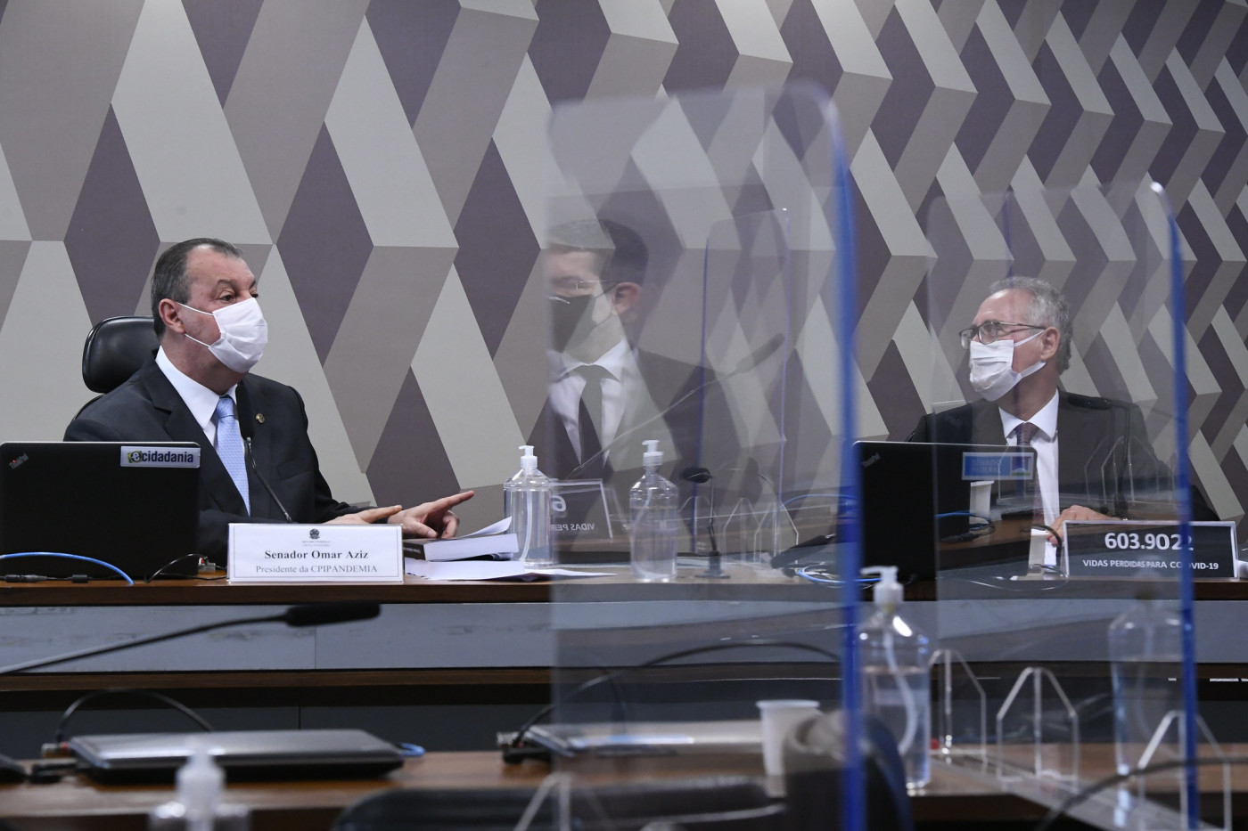 Omar Aziz e Renan Calheiros na bancada da CPI da Covid-19
