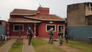 Policiais paraguaios cumprem mandado de busca e apreensão em casa na cidade de Pedro Juan Caballero