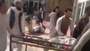 pessoa socorrendo feridos em mesquita no afeganistão