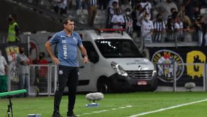 Fábio Carille comandando o Santos durante derrota diante do Atlético-MG
