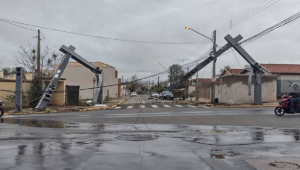 Postes caídos por causa de tornado em Pirassununga (SP)