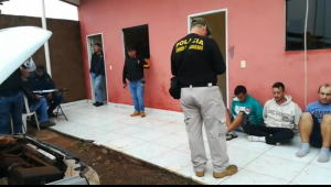 Policiais paraguaios conversam com os presos acusados de participar de execuções