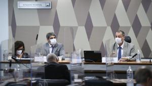 Mesa de comissão do Senado durante depoimento