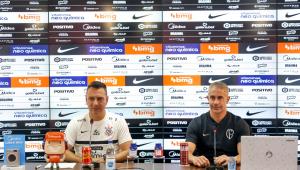 Sylvinho (à direita) concedeu entrevista ao lado do auxiliar Doriva