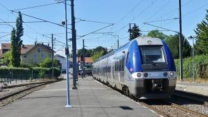 trem parado em estação na frança