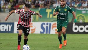 Pepê (à direita), do Cuiabá, marcando Emiliano Rigoni, do São Paulo, durante partida do Brasileirão