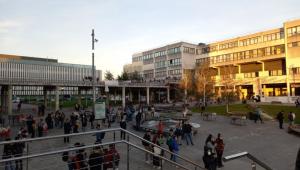 Pessoas concentradas em universidade