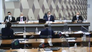 Homens de terno compõem mesa de comissão