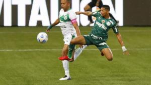 Rony disputa bola com defensor do Juventude durante partida do Campeonato Brasileiro