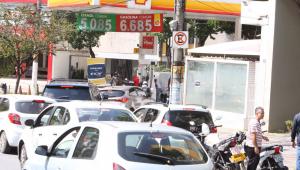 Motoristas de Belo Horizonte (MG) têm enfrentado longas filas ou falta de combustíveis para abastecer nos postos de gasolina da capital mineira, nesta sexta-feira, 22 de outubro de 2021.