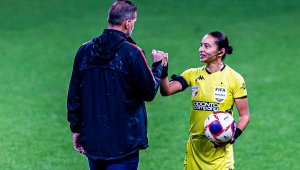 Toda de amarelo, a árbitra Edina Alves cumprimenta o treinador corintiano Vagner Mancini com um soquinho após a partida entre Corinthians e Palmeiras