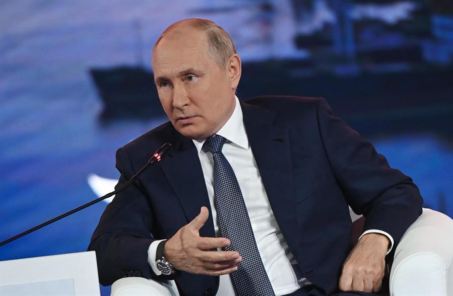 Vladimir Putin de terno e gravata, gesticulando enquanto fala no Fórum Econômico Oriental